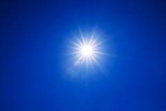 与真正的透镜火光的清楚的蓝天太阳光在焦点外面 免版税库存照片