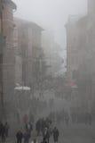 Утро тумана в Перудже (Тоскане, Италии) Идти людей Стоковые Фотографии RF