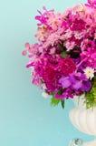 开花装饰在浅兰的墙壁背景  库存照片
