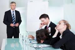 睡觉在会议的乏味女实业家 库存图片