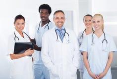 小组愉快的多种族医生 库存照片