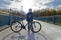 Мальчик с велосипедом на дороге Стоковые Изображения