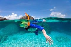 小男孩游泳在海洋 免版税库存照片
