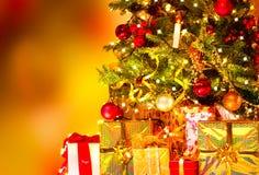 礼品在圣诞树下 免版税库存图片