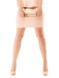 Τσάντα και πόδια του κοριτσιού στο ρόδινο φόρεμα και τα υψηλά τακούνια Στοκ Φωτογραφία