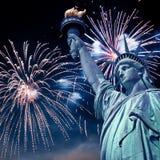 自由女神像在与烟花的晚上,纽约 免版税库存照片