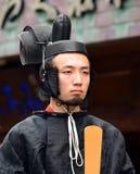 正式神道的信徒的教士服装的年轻人 免版税库存照片