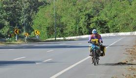 自行车自行车骑自行车者去一条路游览旅行 免版税库存图片