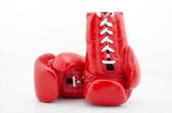 在白色背景隔绝的一个红色拳击手套的演播室射击 免版税图库摄影