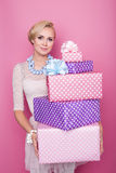 Красивая счастливая женщина с красочные подарочные коробки нежность поля глубины дротиков цветов отмелая Рождество, день рождения Стоковая Фотография