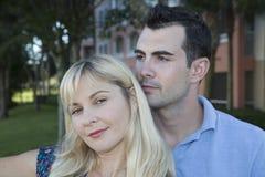 Περιστασιακό νέο ζεύγος στις διακοπές σε ένα ειρηνικό πορτρέτο Στοκ Φωτογραφία