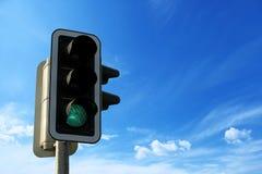 有天空的绿色红绿灯,企业自由概念 免版税库存图片