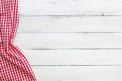 与红色验查员餐巾的白色木桌 库存图片