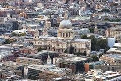 与圣保罗大教堂的伦敦都市风景在中心 免版税库存图片