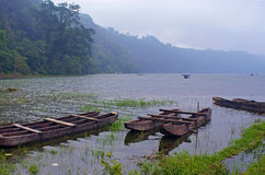 在薄雾的渔船 图库摄影
