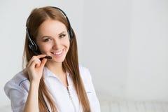 Работник обслуживания клиента женщины, оператор центра телефонного обслуживания Стоковые Изображения RF