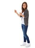 指向端的十几岁的女孩 免版税库存图片