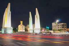 红绿灯在民主纪念碑的交叉点的晚上 库存图片