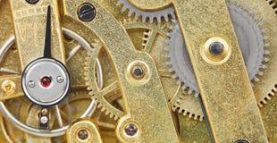 从黄铜机械时钟运动的背景 免版税库存照片