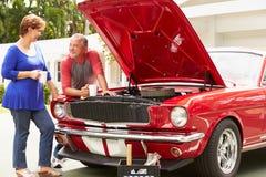 资深加上被恢复的经典汽车 免版税图库摄影