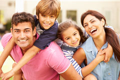 Портрет счастливой семьи в саде дома Стоковые Фотографии RF