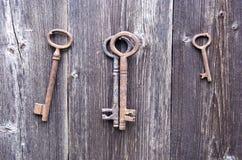 Παλαιό σκουριασμένο κλειδί στον ξύλινο τοίχο αγροτικών σιταποθηκών Στοκ φωτογραφίες με δικαίωμα ελεύθερης χρήσης