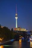 柏林电视塔夜 免版税库存照片