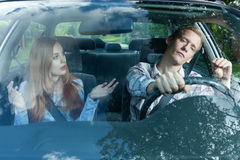 年轻夫妇争论在汽车 库存图片