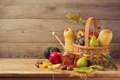 秋天自然概念 秋天果子和南瓜在木桌上 感恩晚餐 库存照片