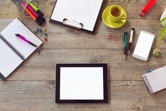 模板的办公桌嘲笑与桌、巧妙的电话、笔记本和咖啡 看法从上面与拷贝空间 图库摄影