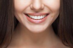 有效的美丽的新健身女孩女孩愉快的查出的人人员俏丽的微笑微笑的青少年的少年妇女的妇女 漂白的牙 牙齿保护 免版税图库摄影
