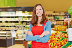 微笑的商店经理在超级市场 库存照片