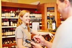 做存货的商店经理和女推销员 免版税库存图片
