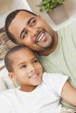 愉快的非裔美国人的父亲儿子家庭 免版税库存照片