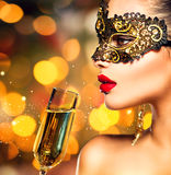 Маска масленицы женщины нося с стеклом шампанского Стоковое Изображение RF