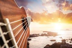 海滩的吉他演奏员 免版税库存照片