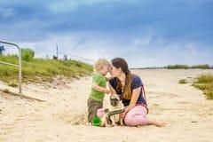 海滩的愉快的母亲和儿子 免版税库存照片