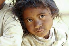 贫穷,一个可怜的矮小的非洲女孩的画象 免版税库存图片