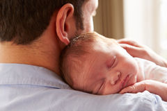 父亲在家有睡觉的新出生的小女儿的 图库摄影