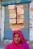 坚硬工作的印地安妇女画象  免版税库存图片