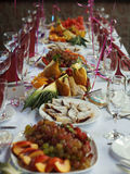 美丽宴会桌用点心 免版税库存照片