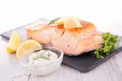煮熟的三文鱼和调味汁 库存图片