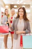 Γυναίκες με τις τσάντες αγορών και πιστωτική κάρτα στη λεωφόρο Στοκ εικόνα με δικαίωμα ελεύθερης χρήσης