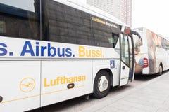 汉莎航空公司机场公共汽车 免版税库存图片