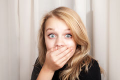 美丽的白肤金发的惊奇的女孩宽张开了她的眼睛 免版税库存照片