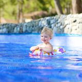 Χαμογελώντας μικρό κορίτσι στην πισίνα Στοκ φωτογραφία με δικαίωμα ελεύθερης χρήσης