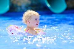 游泳池的微笑的小女孩 免版税图库摄影