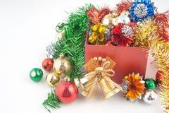 圣诞节和新年快乐有装饰的礼物盒和在白色背景隔绝的颜色球 库存图片