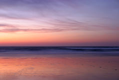 Υπερφυσική εγκαταλειμμένη αμμώδης παραλία μετά από το σούρουπο Στοκ φωτογραφία με δικαίωμα ελεύθερης χρήσης