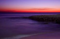 Υπερφυσική εγκαταλειμμένη αμμώδης παραλία μετά από το σούρουπο Στοκ Εικόνες